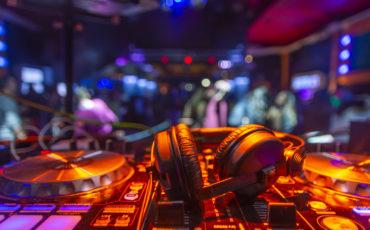 auriculares dj sobre mesa de mezclas platos fiesta